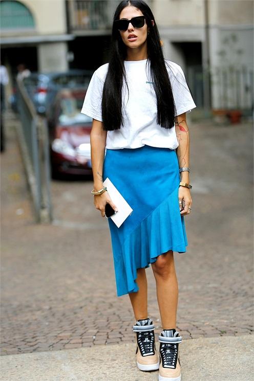 белая футболка - асимметричная юбка