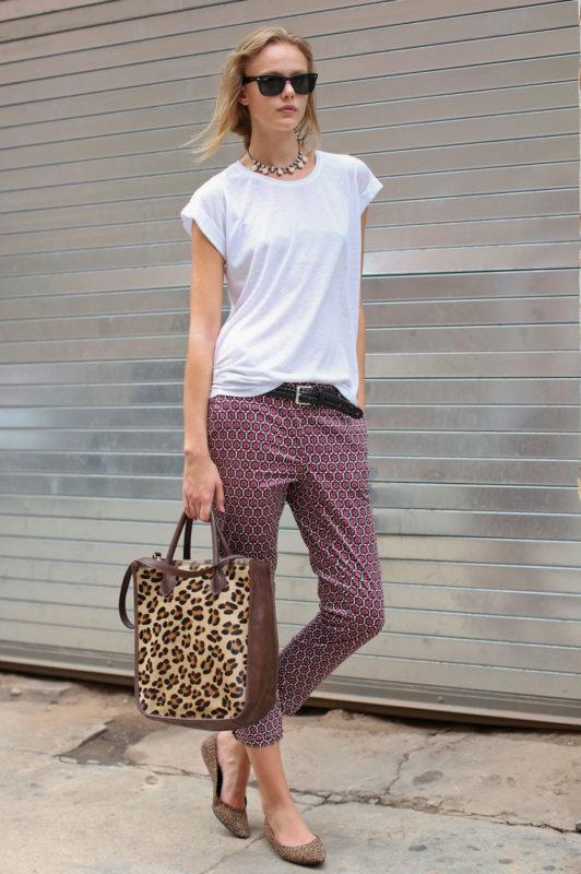 Белая футболка + яркие свободные брюки