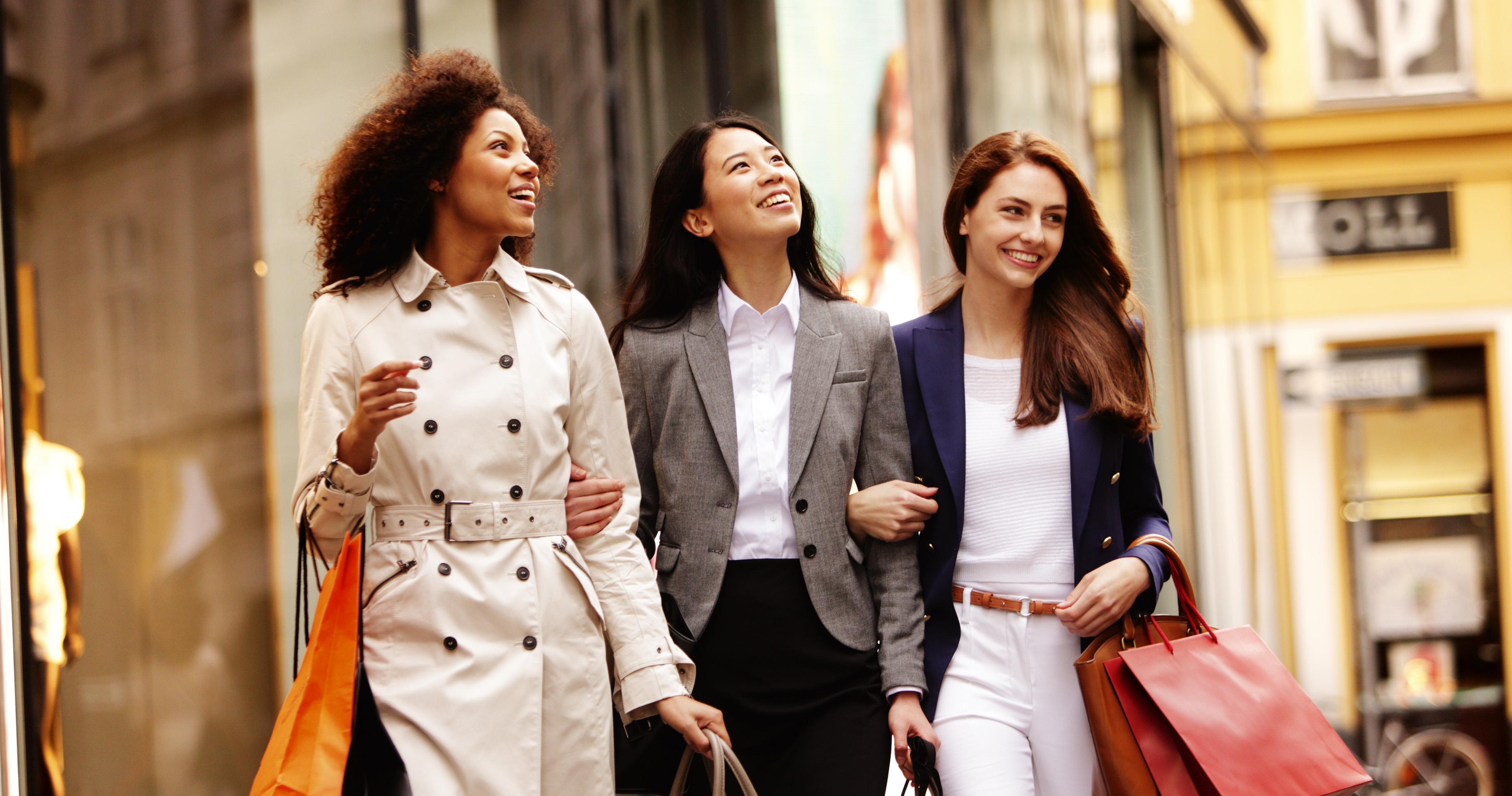 40756-menschen-beim-einkaufen-shopping-altstadt-luxus-goldenes-quartier-tuchlauben-19to1