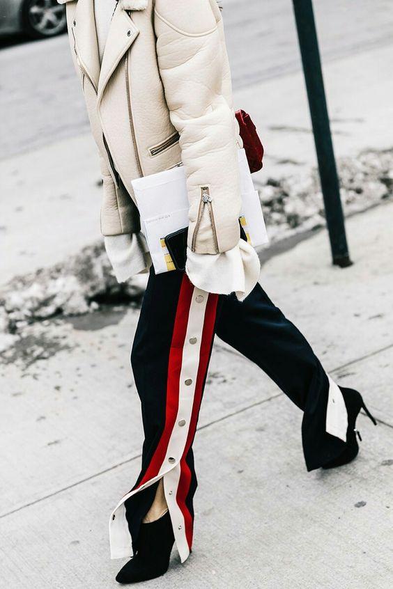 яркий зимний образ, спорт-шик, брюки с лампасами, дубленка