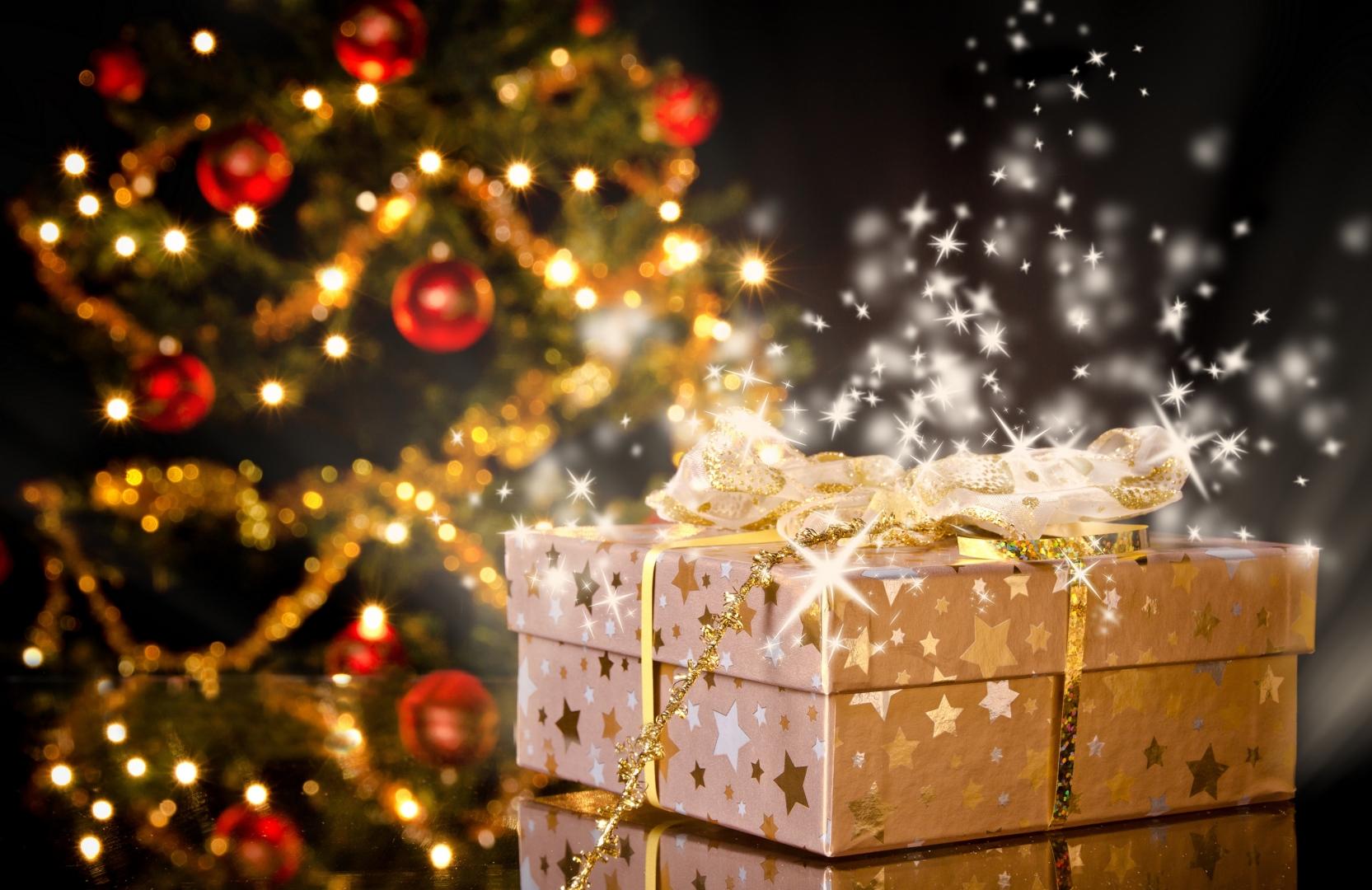 Что подарить женщине на Новый год: 10 романтичных и небанальных вещей
